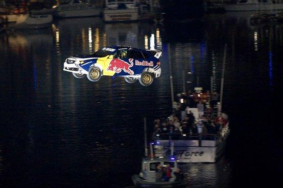 Travis Pastrana salta nel 2010 con il Red Bull: New Year. No limits.