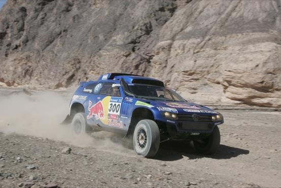 Dakar 2011, settima tappa: Carlos Sainz sempre avanti, ma gli avversari incalzano. Riscatto Lopez nelle moto