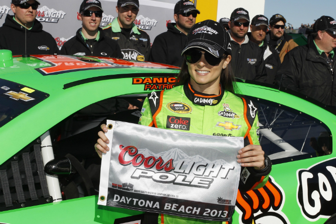 Nascar – Danica Patrick storica, è pole alla 500 Miglia di Daytona