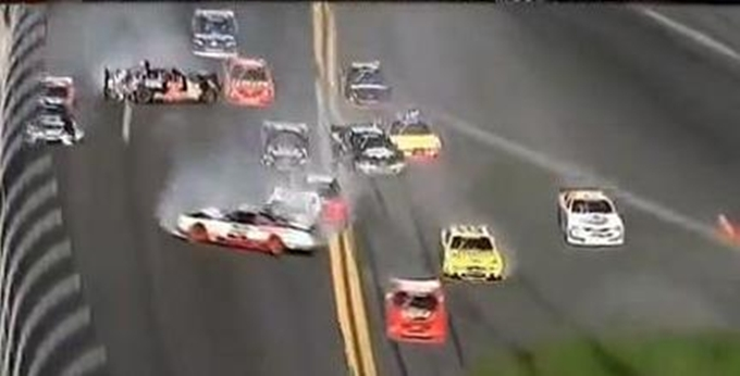 Incidente a Daytona, 28 feriti. Vince Stewart