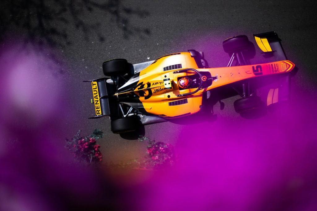 FIA F2 | Baku, Gara 1: Aitken baciato dalla strategia, Ghiotto retrocesso al 9° posto