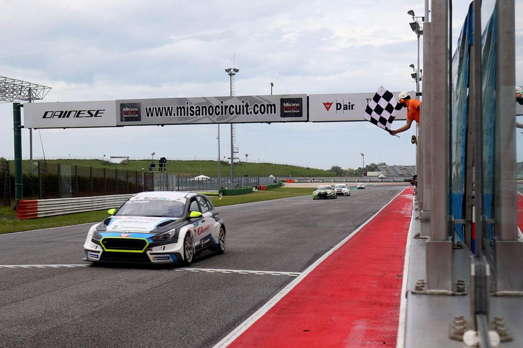TCR Italy | Misano, Gara 1: Pellegrini scalza Bettera e vince sul bagnato