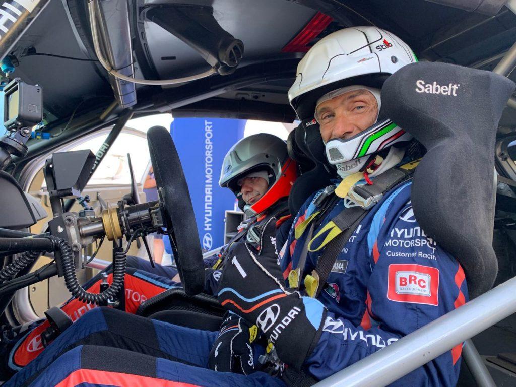 Gabriele Tarquini prova la Hyundai i20 WRC dopo il Rally Italia Sardegna, al fianco di Mikkelsen ed Adamo [VIDEO]