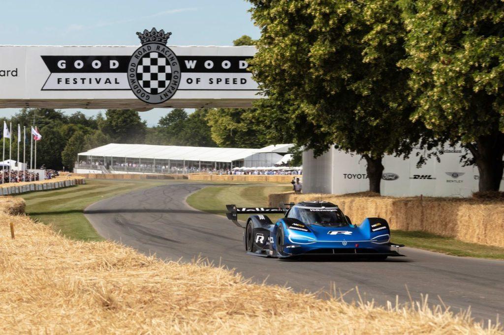 La Volkswagen ID.R scrive la storia a Goodwood: prima elettrica a battere una F1 [VIDEO]