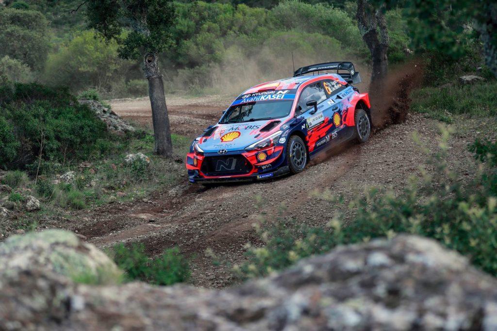 WRC | Rally Italia Sardegna 2020, seconda giornata: Sordo irremovibile dalla vetta, bagarre per il podio tra Ogier e Neuville