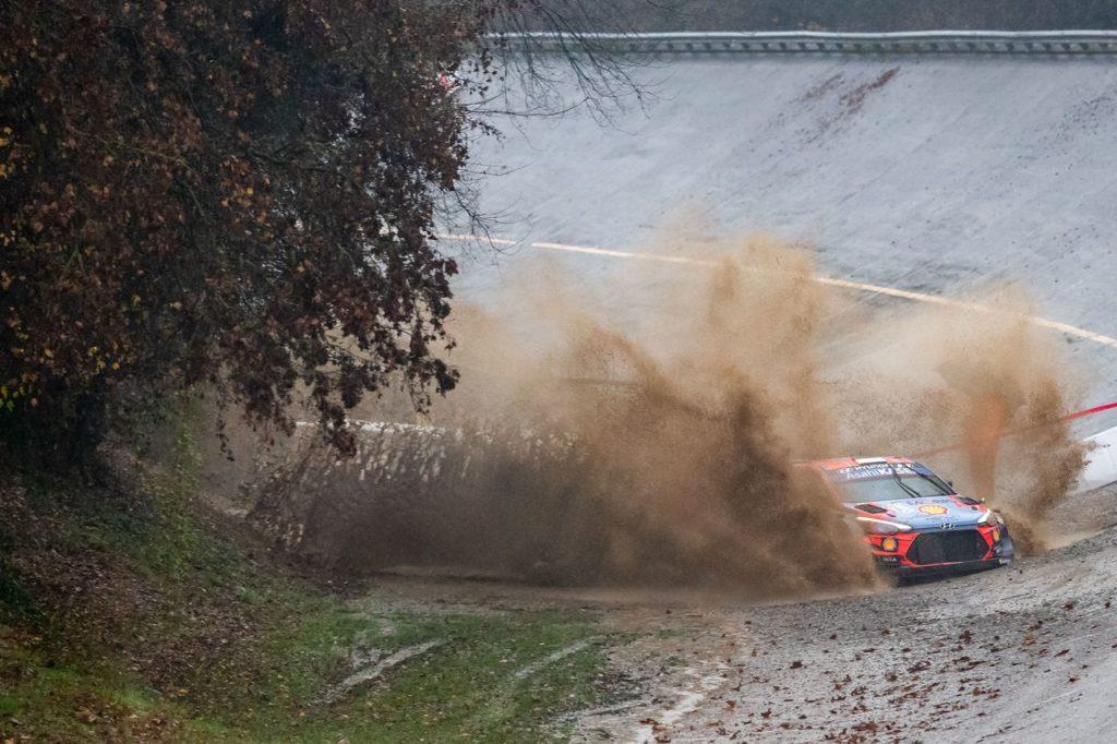 WRC | ACI Rally Monza 2020: Lappi in testa, Neuville sbaglia, sbatte e si ritira