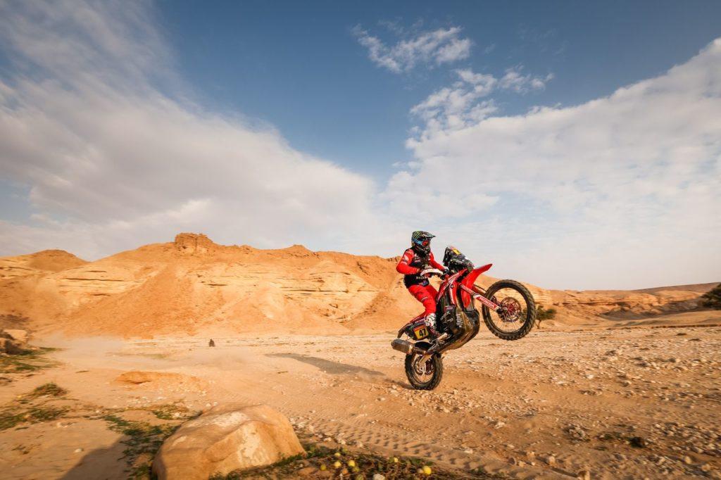 Dakar | Tappa 5 Moto: Kevin Benavides vince e si porta al comando. Incidente per Santosh: le sue condizioni
