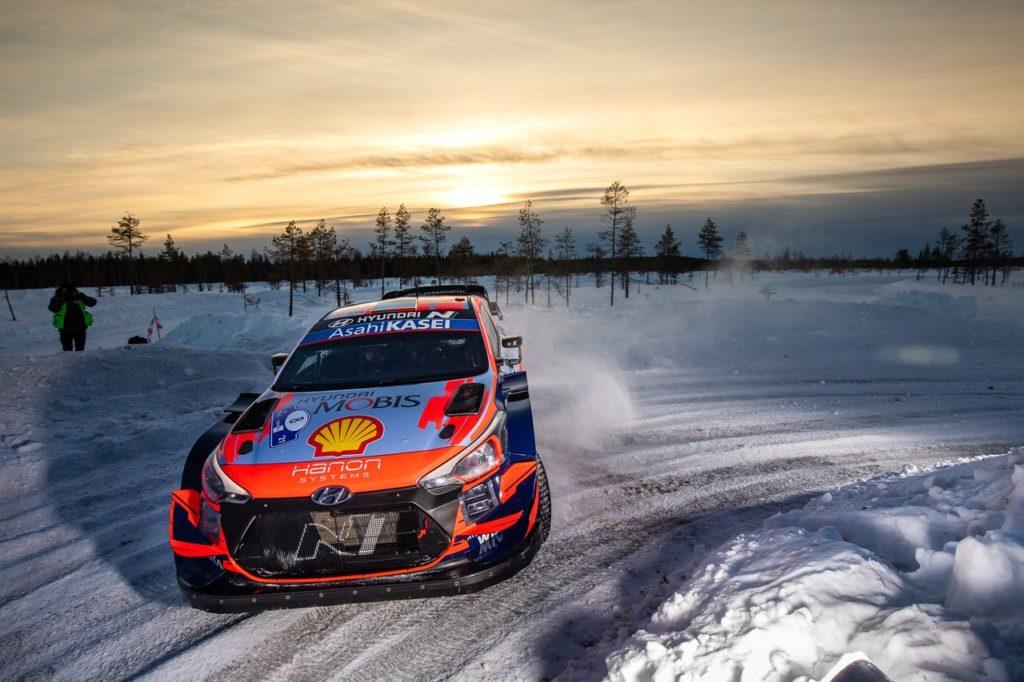WRC | Arctic Rally Finland: Tanak padrone della gara, Rovanpera stretto tra gli Hyundai. Ogier fuori dai giochi