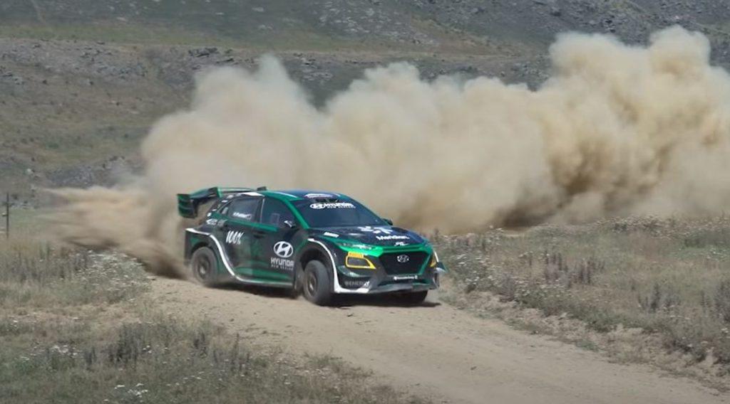 """Hyundai Kona EV, primi test su terra per la rally elettrica (Video). Paddon: """"Lavoriamo sul rombo del motore"""""""