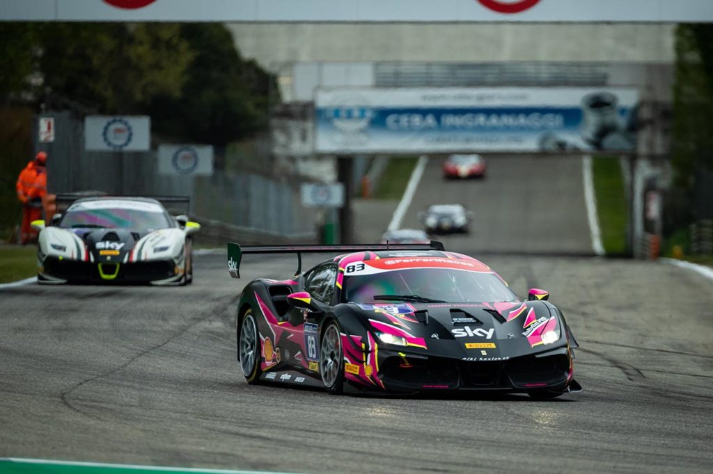 Ferrari Challenge | Gatting vince Gara 1 a Monza, il giovanissimo Nurmi primo in Gara 2
