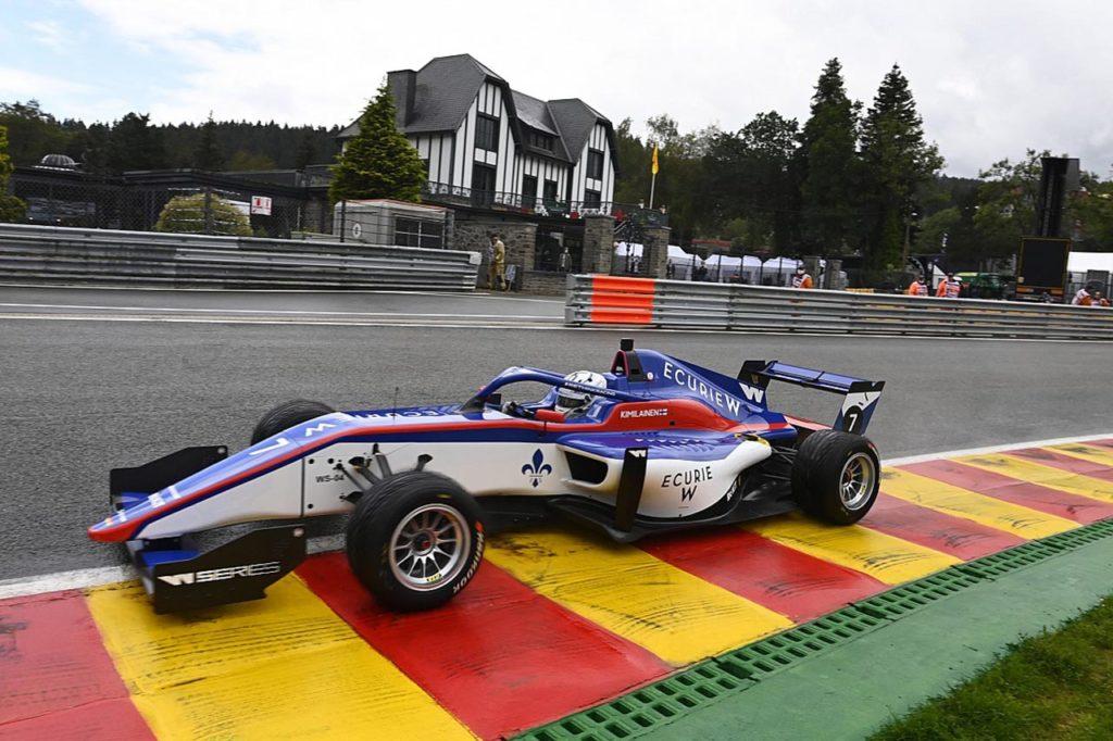 W Series | Kimilainen vince con grinta sul bagnato davanti a Chadwick [VIDEO]
